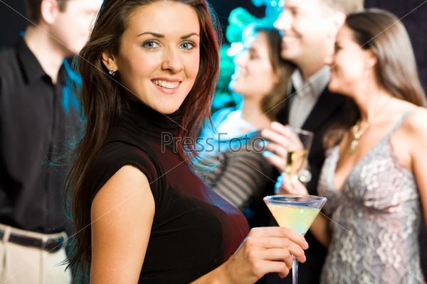 Привлекательная девушка на вечеринке