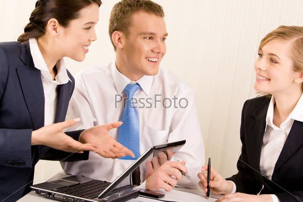 Сотрудники эмоционально обсуждают рабочий процесс