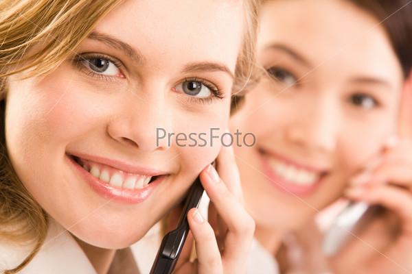 Крупный план девушки говорящей по телефону