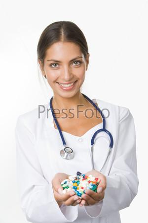 Фармацевт с горстью витаминов