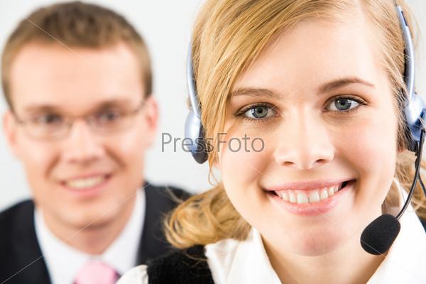 Доброжелательная девушка в наушниках крупным планом