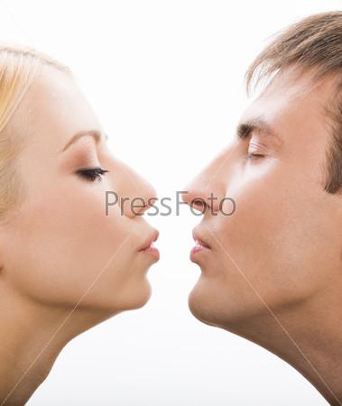 Влюбленные тянутся друг ко другу, чтобы поцеловаться