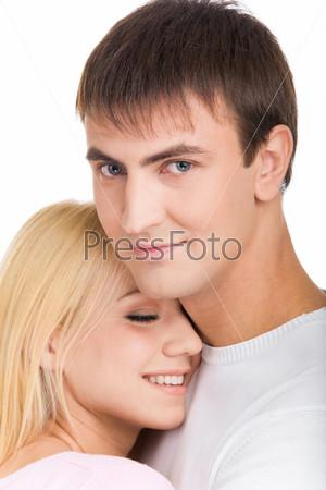 Девушка положила голову на плечо счастливого молодого человека