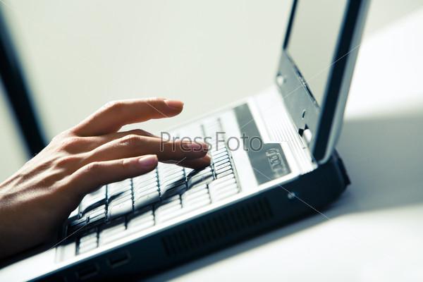 Пальцы нажимающие клавиши на ноутбуке