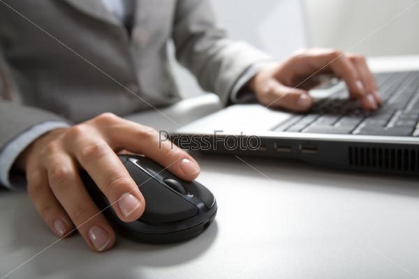 Рука нажимающая клавишу компьютерной мыши