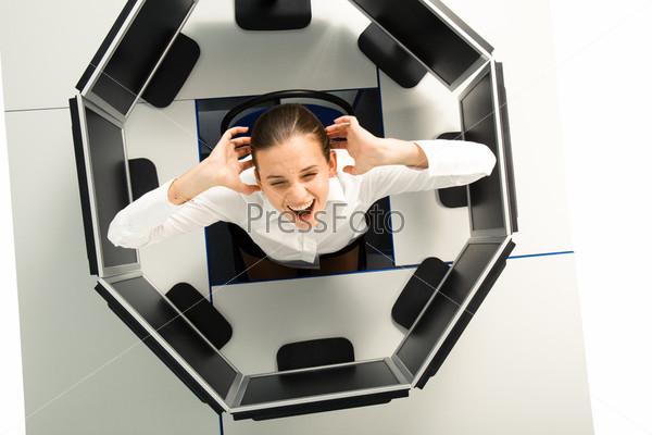 Вид сверху кричащей девушки окруженной компьютерными мониторами