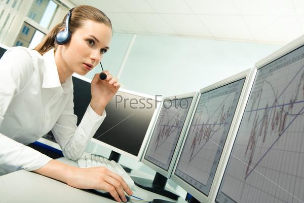 Диспетчер горячей линии, сидящая за компьютерами