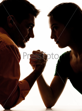 Крупный план мужчины и женщины, которые борятся на руках