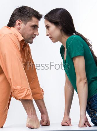 Молодой человек и девушка напряженно смотрят друг на друга