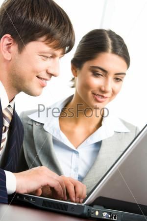 Коллеги сидят за ноутбуком и изучают новый проект