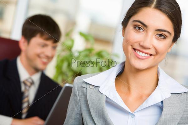 Миловидная секретарша на фоне своего начальника