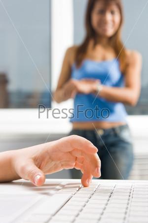 Фотография на тему Детская рука на клавиатуре