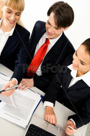 Коллеги за столом совместно занимаются разработкой проекта