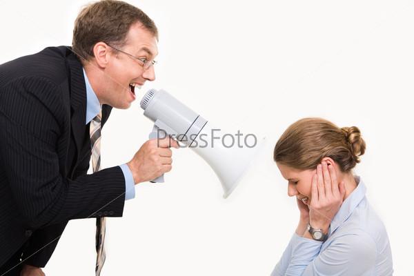 Босс громко кричит в мегафон на свою подчиненную