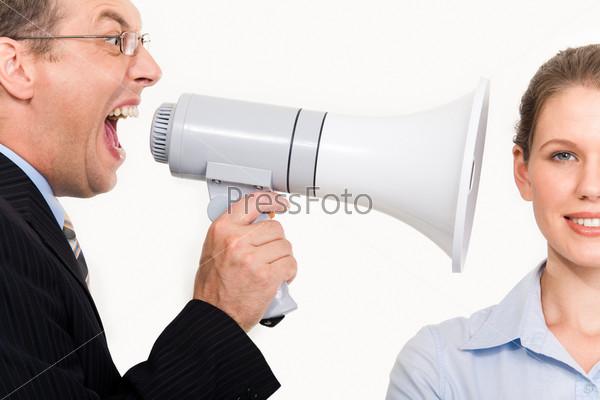 Мужчина кричит в ухо хладнокровной девушке