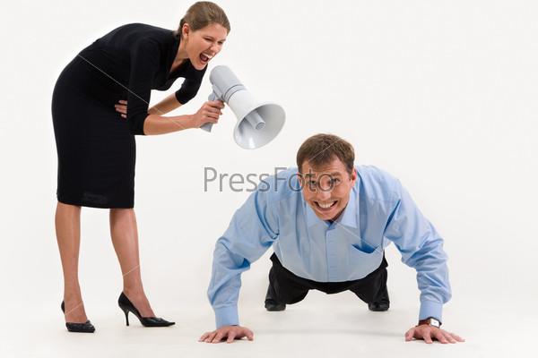 Агрессивная начальница кричит на отжимающегося от пола подчиненного