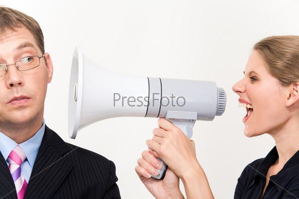 Женщина с мегафоном кричит в ухо невозмутимому сотруднику