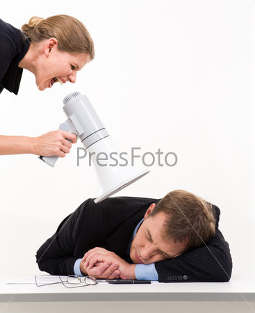 Девушка кричит в мегафон на спящего за столом сотрудника