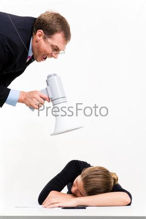 Секретарша спит за столом, сверху с мегафном склонился кричащий мужчина