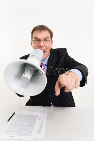 Злой начальник кричит в мегафон сидя за столом