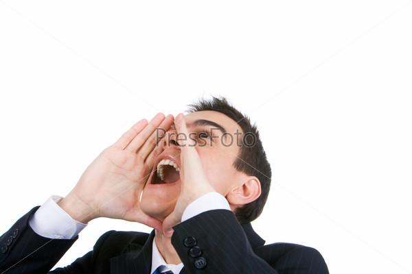 Молодой человек кричит, подставив руки ко рту, и смотрит наверх на белом фоне