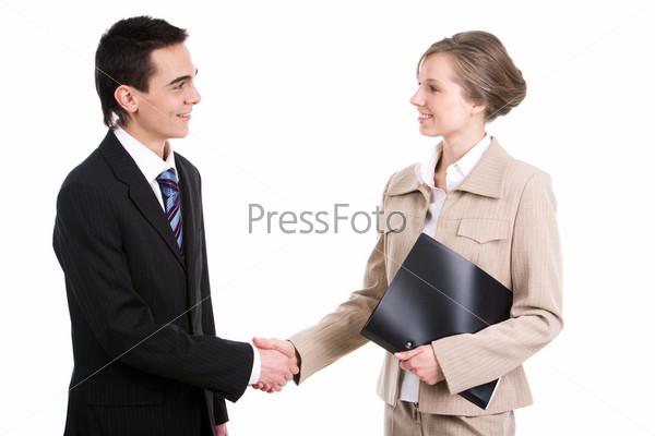 Успешные бизнес партнеры пожимают руки после заключения сделки