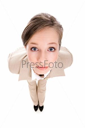 Любопытная девушка смотрит в камеру удивленными глазами