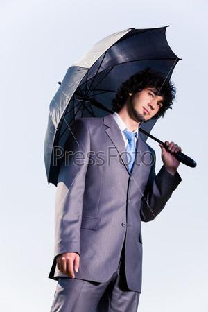 Портрет мужчины в костюме с черным зонтом