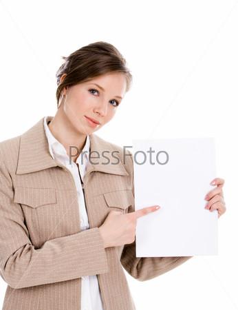 Бизнес леди указывает на белый лист бумаги в ее руках