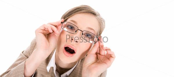 Милая девушка в очках открывает от удивления рот
