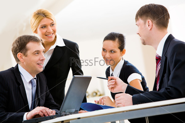 Бизнесмены обсуждают новый проект на встрече в офисе