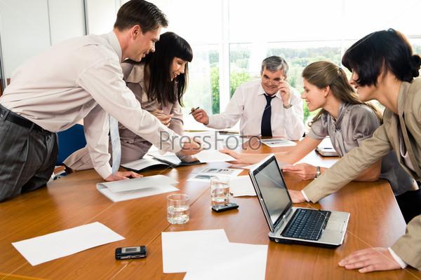 Фотография на тему Группа активных деловых людей общается на семинаре по бизнесу