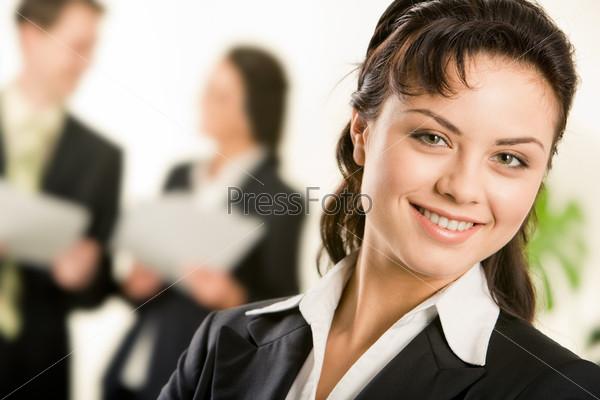 Счастливая успешная женщина смотрит в камеру
