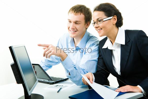 Коллеги смотрят в компьютерный монитор