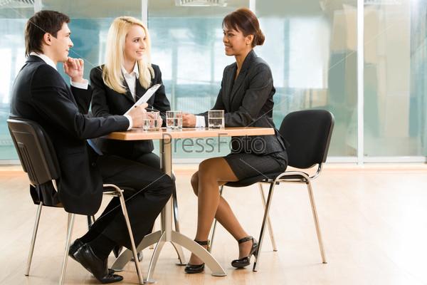 Партнеры по бизнесу обсуждают важные дела на рабочей встрече