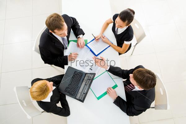 Деловые люди обсуждают бизнес-планы на встрече