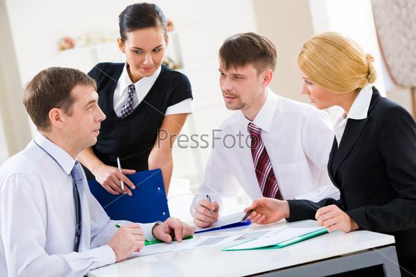 Бизнес партнеры смотрят друг на друга и обсуждают новый план