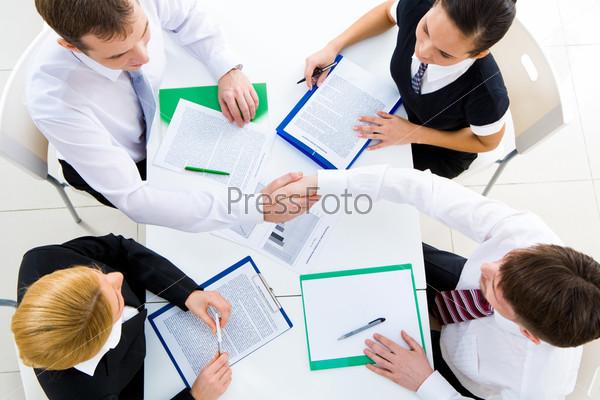Фотография на тему Вид сверху партнеров пожимающих друг другу руки