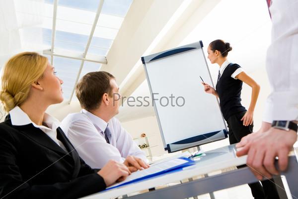 Успешный менеджер с указкой рассказывает о новом проекте у белой доски