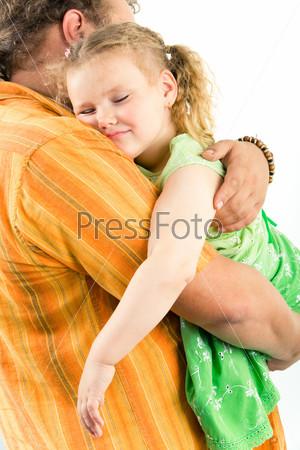 Папа несет спящую дочь на руках