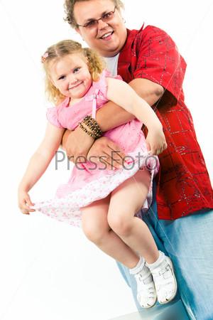 Большой и сильный папа держит на руках свою очаровательную дочь