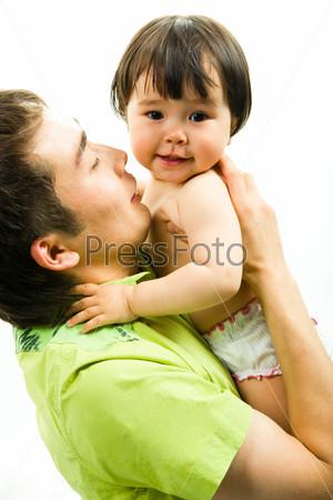 Фотография на тему Счстливый папа обнимает свою маленькую дочку, которая смотрит в камеру