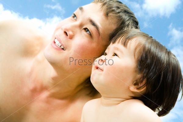 Папа и дочка внимательно смотрят вверх на небо