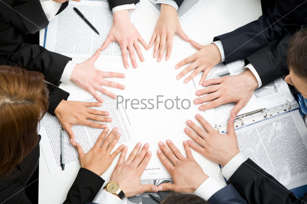 Руки бизнесменов в форме круга