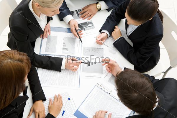 Вид сверху успешной бизнес команды, обсуждающей новый план