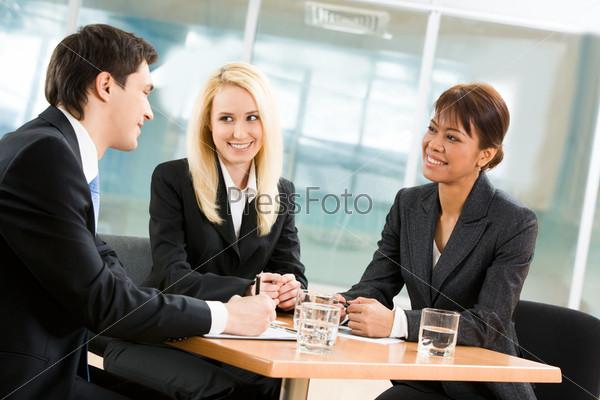 Бизнес команда разговаривает за офисным столом