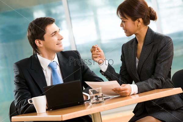 Успешные партнеры по бизнесу обсуждают новый план