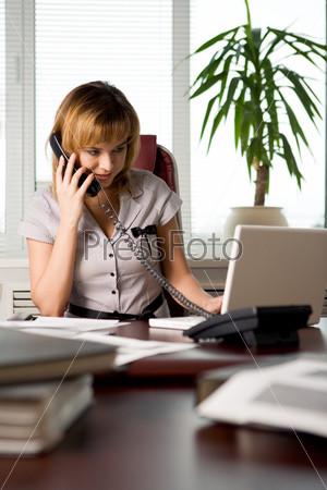 Сотрудница офиса консультирует клиента по телефону