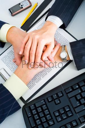 Руки сложенные стопкой на рабочем столе