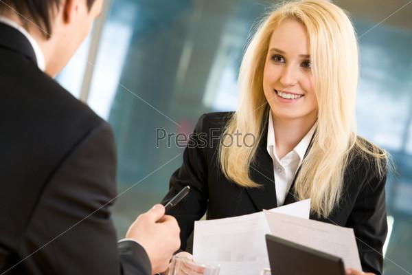 Бизнес леди смотрит на коллегу, который делится с ней своими идеями
